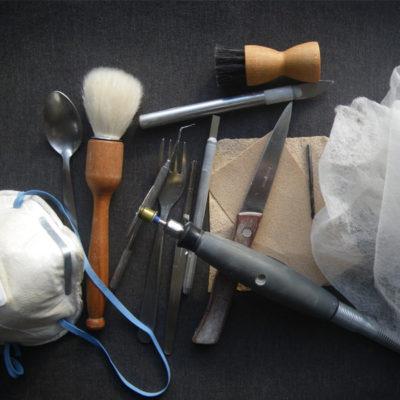 Outils de fabrication et moyens de protection pour la sculpture des os seiches.
